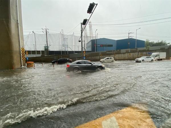 10일 호우경보로 부산에 많은 비가 내린 가운데, 부산 영도구 한진중공업 앞 도로가 침수됐다.