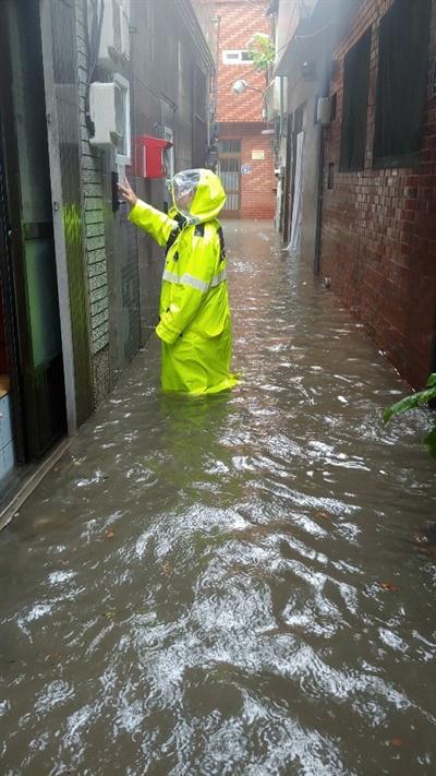 10일 호우경보로 부산에 많은 비가 내린 가운데, 부산 동구와 부산진구를 흐르는 동천이 범람했다.