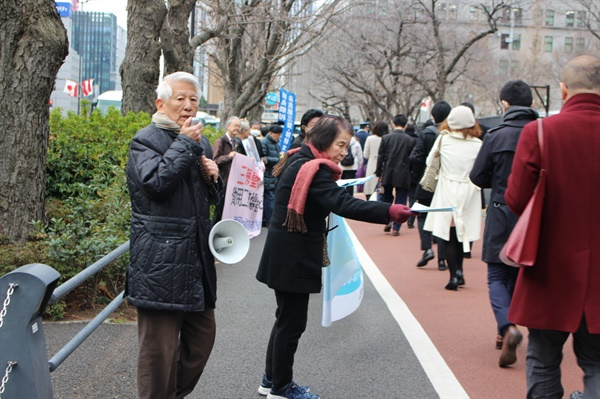 근로정신대 할머니들의 소송을 도와 온 일본 시민단체 '나고야 소송 지원회' 회원들이 시민들을 상대로 근로정신대 문제를 알리는 홍보활동을 하고 있다.