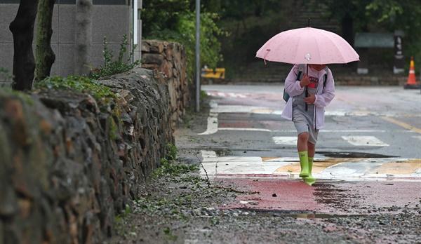 30일 오후 인천시 옹진군 대연평도 연평초중고등학교에서 한 학생이 우산을 쓰고 하교하고 있다. 2020.6.30