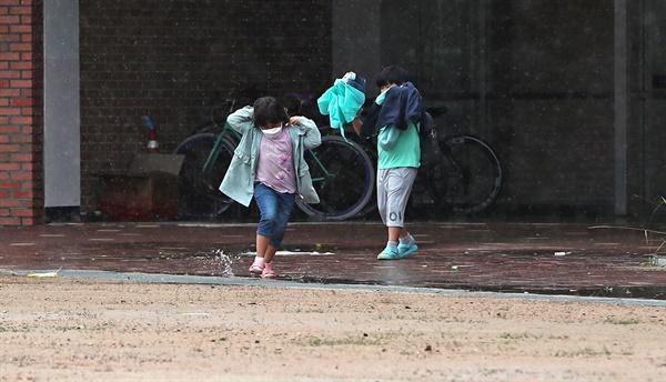30일 오후 인천시 옹진군 대연평도 연평초중고등학교에서 학생들이 하교하고 있다. 2020.6.30