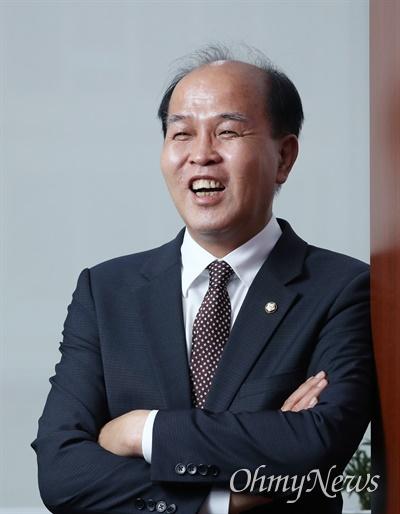 카카오뱅크 대표 출신인 이용우 더불어민주당 의원이 9일 서울 여의도 국회 의원회관에서 <오마이뉴스>와 인터뷰하고 있다.