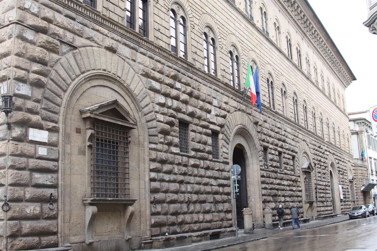 팔라초 메디치(메디치 저택)   프란체스코는 로렌초가 시켰다며 줄리아노를 데리러 왔다. 당시 현장에 있었던 어린 마키아벨리가 이 장면에 대해 훗날 기록을 남긴다.