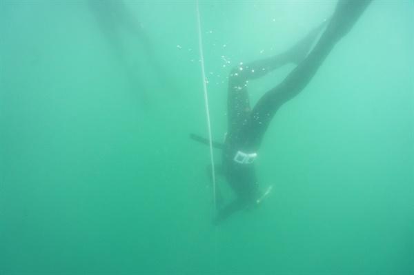 수심 5m까지 내려가는 모습 아무것도 안하고 바다 위에서 한시간을 보낼수는 없는 노릇이다. 이를 악물고 다이빙 훈련을 한 결과 5m깊이까지 도달할 수 있었다.
