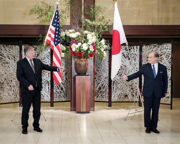 비건, 도쿄서 일본 외무차관과 북핵 협의 스티븐 비건(왼쪽) 미국 국무부 부장관과 아키바 다케오(秋葉剛男) 일본 외무성 사무차관이 9일 오후 일본 도쿄에서 회담에 앞서 기념 촬영에 응하고 있다. 2020.7.9