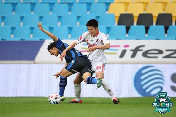 한국프로축구연맹 2020 K리그1 11라운드 인천과 상주 경기에서 양팀 선수들이 공을 차지하기 위해 경합을 벌이고 있다.