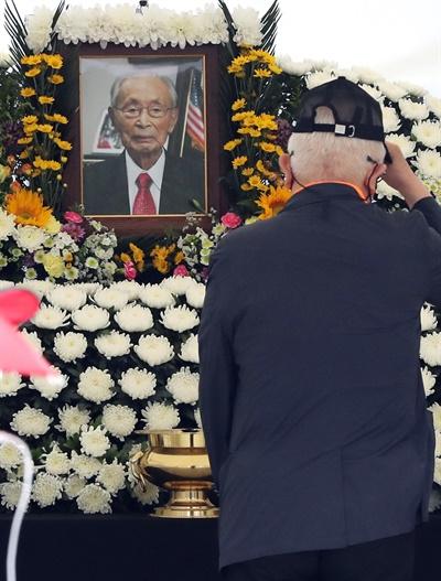 고 백선엽 장군 추모하는 시민들 12일 서울 광화문 광장에 마련된 고 백선엽 장군 시민분향소에서 추모객이 헌화하고 있다.