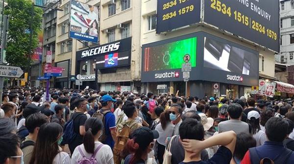 1일 홍콩 코즈웨이베이 지역에서 홍콩 시민들이 홍콩보안법 반대 시위를 벌이는 모습.