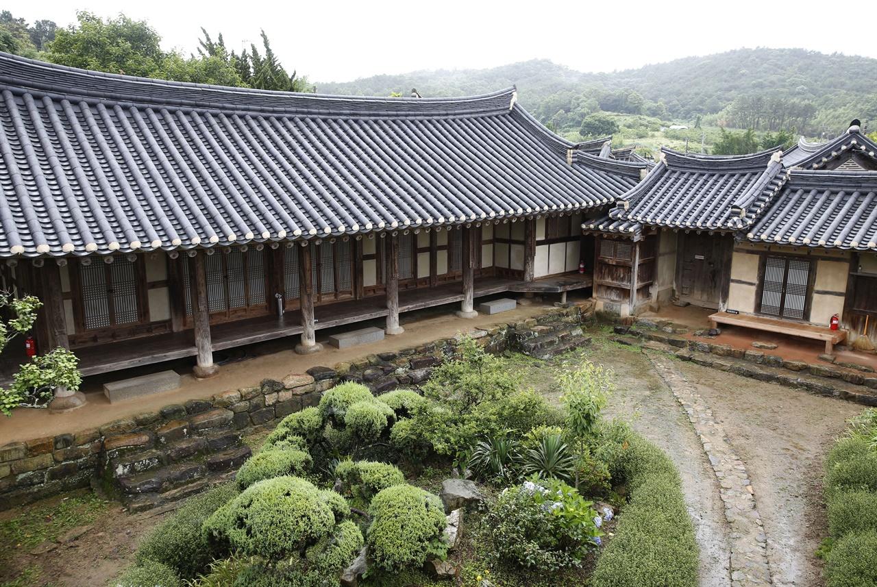 삼효문 2층에서 내려다 본 매간당 고택. 비가 내리는 날, 고택의 풍경이 평소보다 더 호젓해서 좋다.