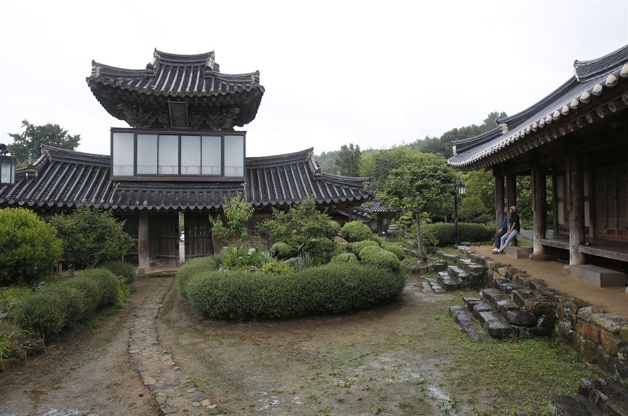 매간당 고택의 중문에서 본 삼효문과 사랑채. 사랑마당과 어우러진 고택이 옛 양반가의 풍경 그대로다.