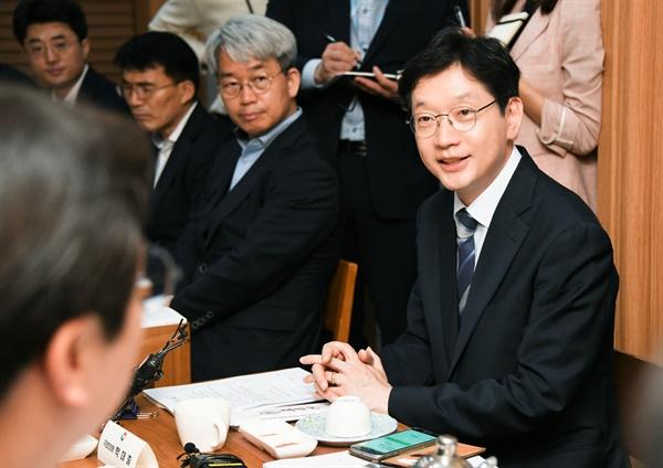 김경수 경남도지사는 13일 서울 여의도에서 미래통합당 경남지역 국회의원들과 오찬간담회를 가졌다.