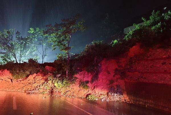 산청군 금서면 특리 도로의 산사태.