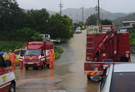 함양군 지곡면 보산리에서는 마을 주민 2명이 수로에서 물에 휩쓸려 사망했다.