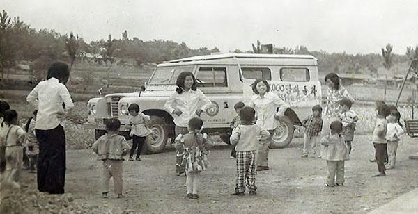 1970년대 농번기 일손을 돕기 위해 봉산 당곡리에서 운영한 탁아소. 아이들과 선생님이 율동을 하고 있다.