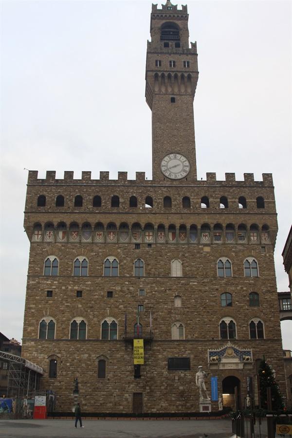 팔라초 베키오의 창문   공식 처형장이 있었지만 죄수들은 저 창문에서 목매달렸다. 이를 본 시민들은 더욱 흥분했는데 이는 정부가 의도한 것이라는 주장도 있다. 레오나르도 다빈치는 살비아티가 목매달린 모습을 스케치로 남기기도 했다.
