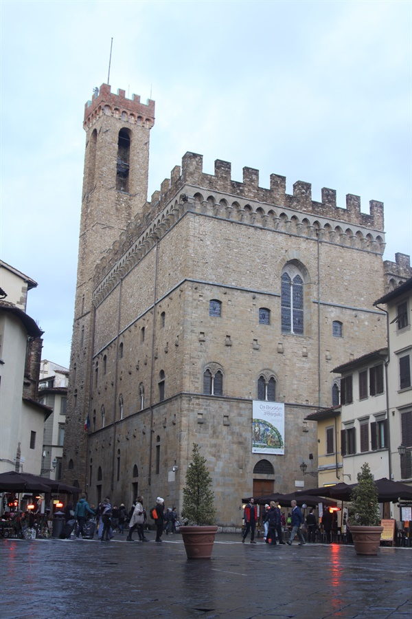 바르젤로 미술관   과거에는 지금과 달리 두 개의 건물로 구성되어 있었고 치안을 담당하는 기관이었다. 지금은 조각 전문 미술관으로 훌륭한 작품들이 많이 전시되어 있다.