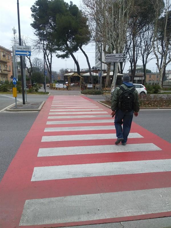 유명무실한 신호등? 이탈리아에서 신호등을 지키는 차도 사람도 드물다. 하지만, 건널목에 사람이 들어서는 순간, 반대쪽 차선의 차일지라도 사람이 완전히 지나갈 때까지 그대로 멈춰선다. 신호등이 굳이 필요 없을 듯도 하다.