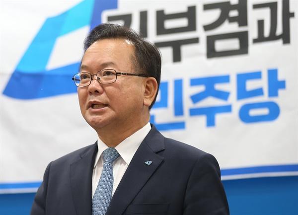 더불어민주당 당대표에 도전하는 김부겸 전 의원이 14일 오전 울산시의회 프레스센터에서 기자간담회를 하고 있는 모습.