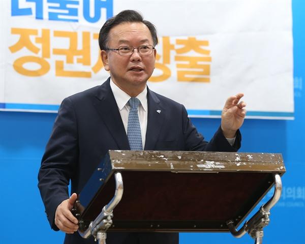 더불어민주당 당 대표에 도전하는 김부겸 전 의원이 14일 오전 울산시의회 프레스센터에서 기자간담회 도중 질문에 답하고 있다.