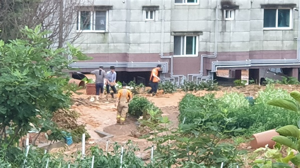 14일 오전 3시 52분경 통영 관문사거리 통영충전소 중간지점에서 발생한 상수도관 파열.