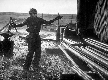 영화 <자이언트>에서 제임스 딘이 석유 시추에 성공하고 기뻐하는 모습