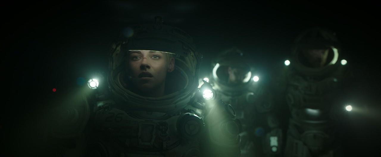 영화 <언더워터>에서 등장인물이 해저를 걸어가는 장면