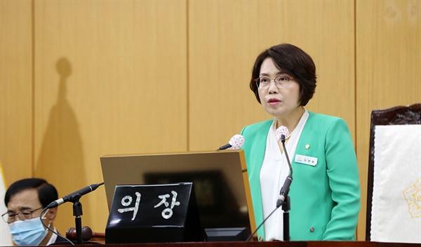 이연희 의장이 본회의장에서 제254회 임시회 개회사를 하고 있다.