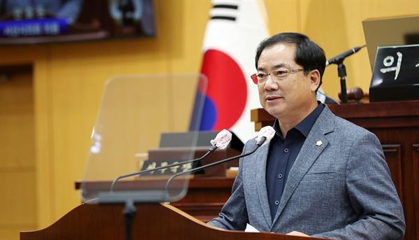 안효돈 의원이 제1차 본회의에서 5분 발언을 하고 있다.