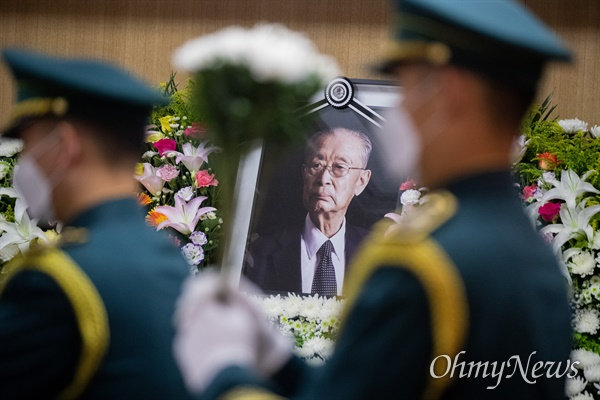 15일 오전 서울 송파구 서울아산병원 장례식장에서 고 백선엽 장군의 영결식이 진행되고 있다.