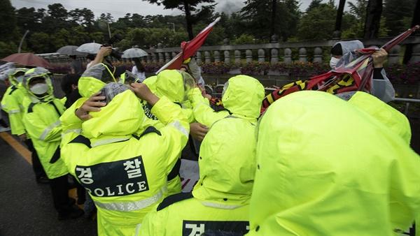 15일 오전 대전현충원엔 고 백선엽 장군의 현충원 안장을 두고 진보성향 단체가 현충원 안장 반대 집회를 진행했다. 한때 경찰이 현수막을 가리려 하자 이에 항의하는 활동가들과 몸싸움이 벌어지기도 했다.