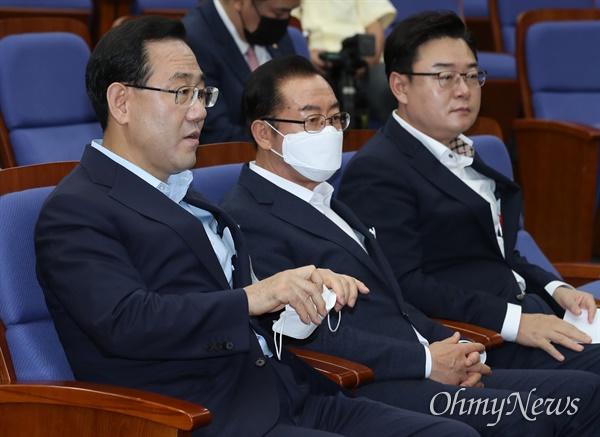 의총 참석한 주호영 미래통합당 주호영 원내대표가 15일 오후 서울 여의도 국회에서 열린 의원총회에 참석하고 있다.
