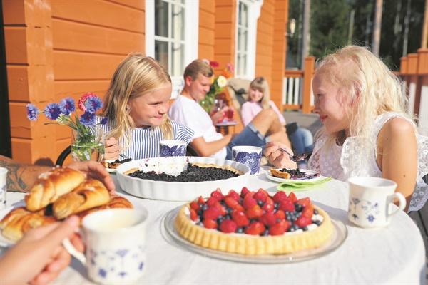 여러가지 베리류들을 각종 음식에 활용하여 먹는 핀란드인의 식습관.