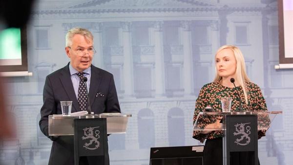뻬까 하비스토 (왼쪽) 외무부 장관과 마리아 오히살로 (오른쪽) 내무부 장관이 기자회견을 갖고 여행규제 완화 정책에 대한 발표를 하는 중.  (사진 재공: 핀란드 정부)