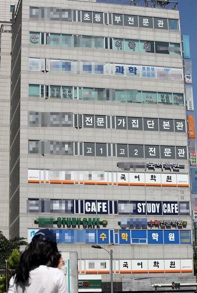 서울 양천구 목동에 있는 양정고등학교 학생 가족이 신종 코로나바이러스 감염증(코로나19) 확진 판정을 받으면서 목동 학원가에도 비상이 걸렸다.   사진은 1일 오후 목동 학원가. 2020.6.1
