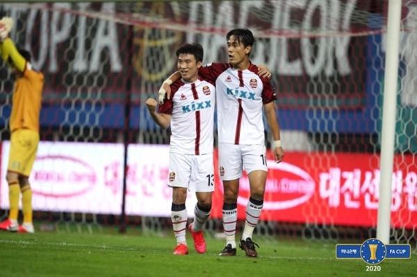 고요한-박주영 FC서울의 박주영이 대전과의 FA컵 16강전에서 동점골을 넣은 이후 기뻐하고 있다.