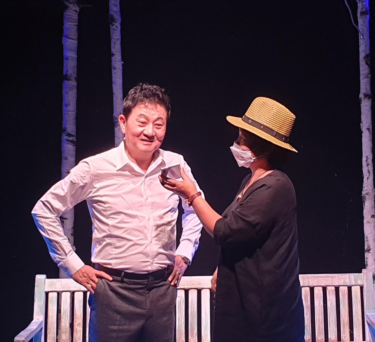 '체홉, 여자를 읽다'  쌍칼로 유명한 '주연 박준규' 연극인과 인터뷰를 하고 있다.
