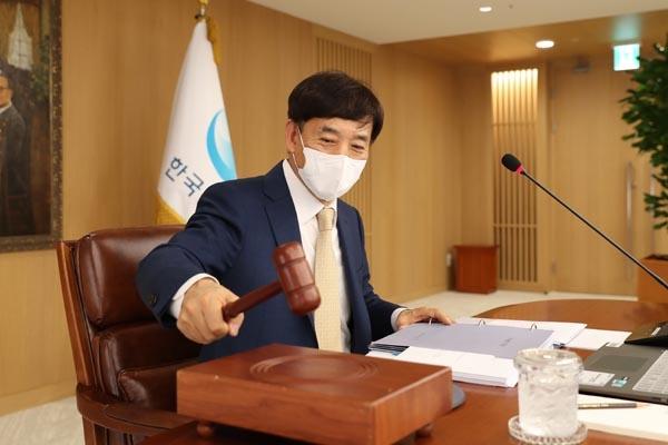 이주열 한국은행 총재가 16일 오전 서울 중구 한국은행에서 열린 금융통화위원회 본회의에서 의사봉을 두드리고 있다.