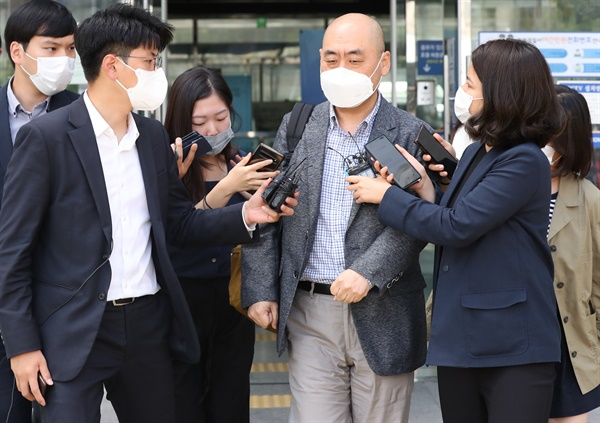 고한석 전 서울시장 비서실장이 15일 오후 서울 성북경찰서에서 박원순 서울시장 사망 관련 참고인 조사를 마친 뒤 청사를 나서고 있다.