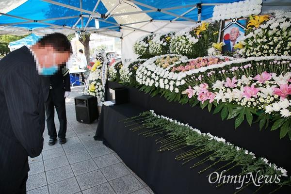 16일 한 시민이 부산시청 광장에 마련된 고 백선엽 장군 부산시민 추모분향소를 찾아 추모하고 있다.