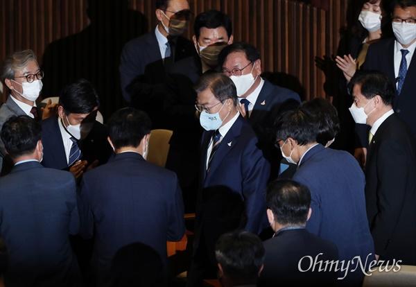 기립박수 받은 문재인 대통령 문재인 대통령이 16일 오후 서울 여의도 국회 본회의장에서 열린 제21대 국회 개원식에 참석, 여당 의원들의 기립박수를 받으며 입장하고 있다. 2020.7.16
