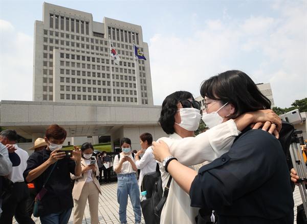 이재명 경기도지사 지지자들이 16일 오후 서울 서초구 대법원 앞에서 무죄 취지 파기환송 판결이 내려진 직후 환호하고 있다.