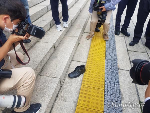 """16일 21대 국회 개원식을 마치고 국회의사당을 나온 문재인 대통령에게 한 시민이 """"빨갱이 문재인""""을 외치면서 신발을 던지는 일이 발생했다. 이 시민은 현행범으로 체포됐다."""