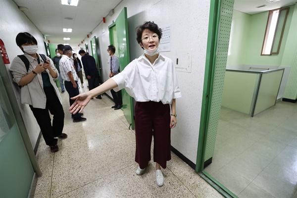 권은비 예술감독이 16일 오전 서울 용산구 민주인권기념관에서 열린 '국가보안법을 박물관으로' 전시회 기자회견을 마친 뒤 작품이 전시될 공간에 대한 소개를 하고 있다. 전시는 다음달 25일부터 9월 26일까지 진행될 예정이다.
