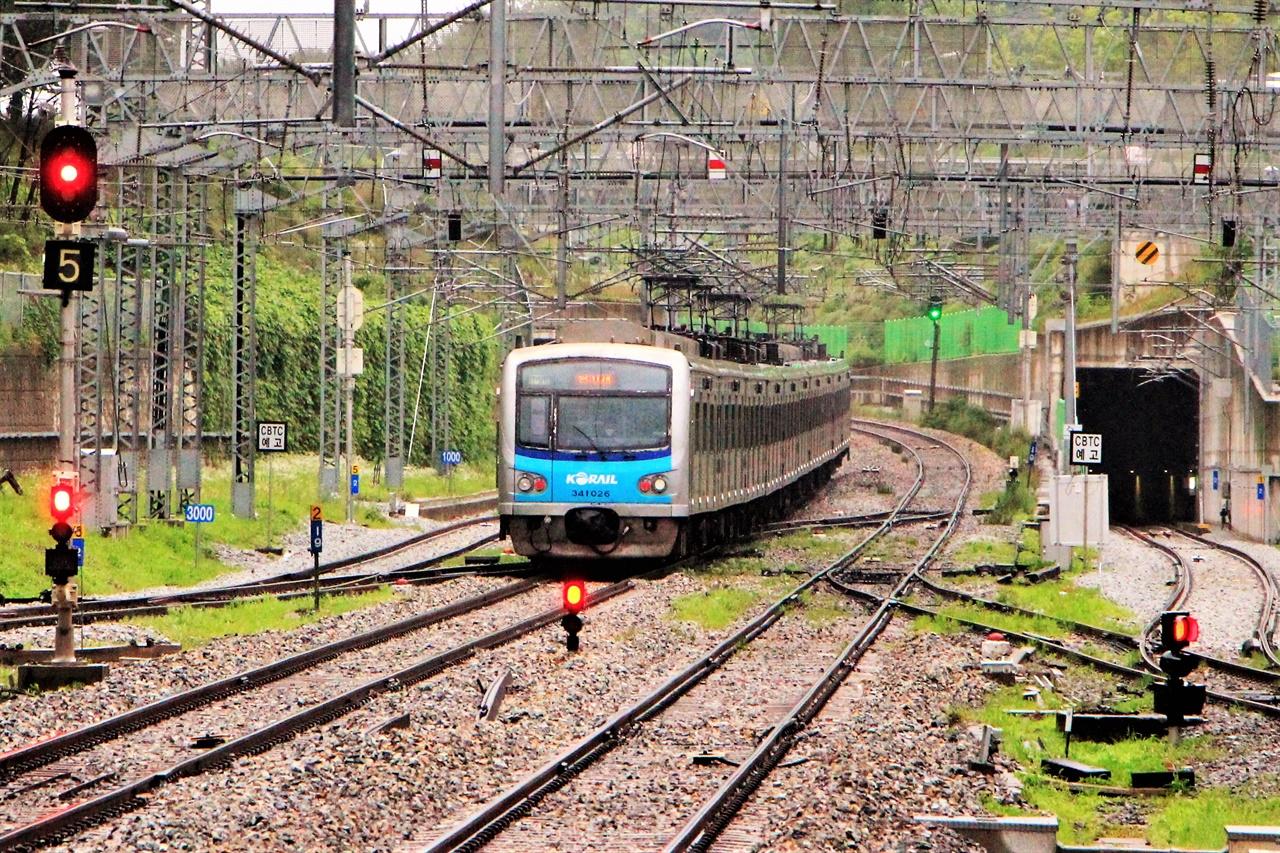 안산선 안산역에서 4호선 열차가 떠나가고 있다. 조만간 이 곳에는 수인선 열차도 같이 선로를 공유할 예정이다.