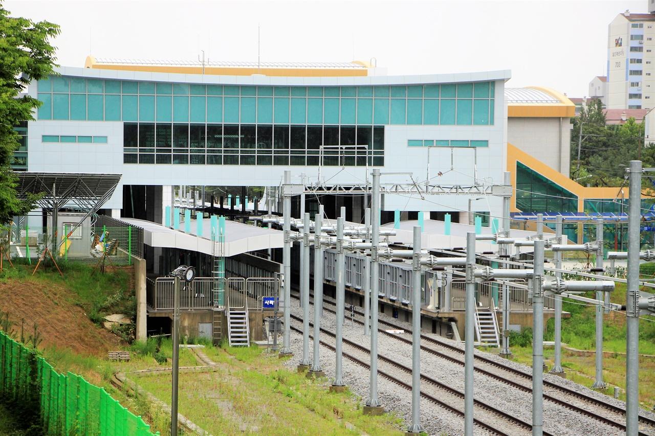 수인선 안산 - 수원 간 공사가 마무리되고 시운전이 진행되고 있는 수인선 사리역의 모습.