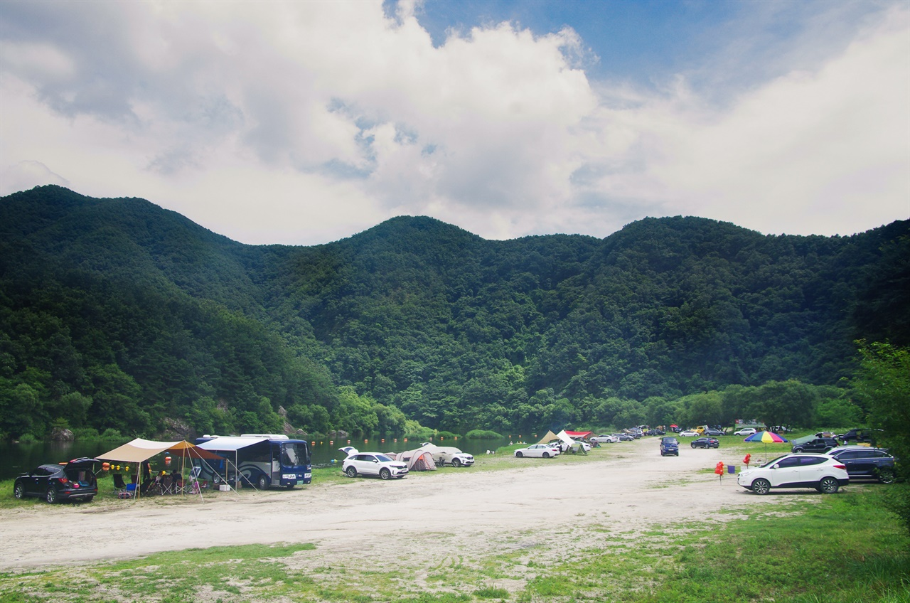 진안 섬바위 (디지털)토요일 오후 많은 차량이 하천 유역에 들어와 여유를 즐기는 모습. 사진의 틀에 들어오지 못한 차량도 많다.