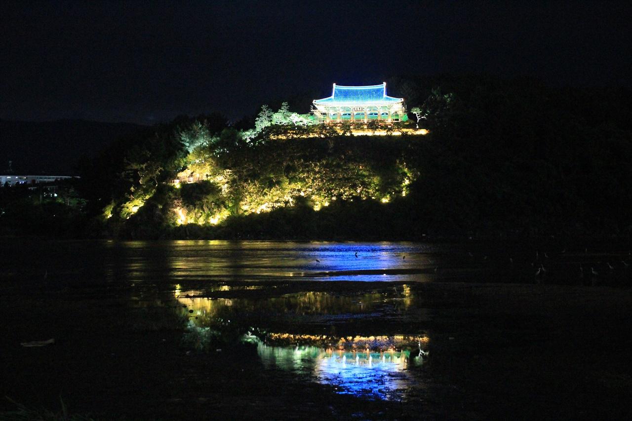 정면에서 바라다 본 경주 금장대 야간경관 모습