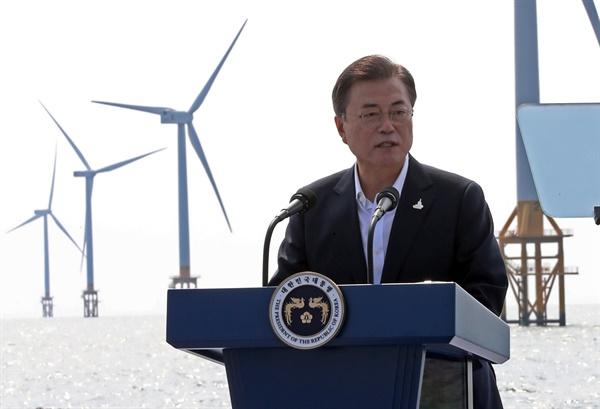 문재인 대통령이 17일 전북 부안군 해상풍력 실증단지에서 열린 '한국판 뉴딜, 그린 에너지 현장 - 바람이 분다' 행사에서 해상풍력 경쟁력 강화와 그린에너지의 중요성을 강조하고 있다.