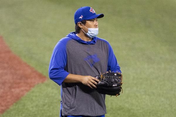미국프로야구 메이저리그(MLB) 토론토 블루제이스의 류현진이 10일(현지시간) 캐나다 토론토 홈구장인 로저스센터에서 마스크를 쓴 채 훈련에 참가하고 있다.
