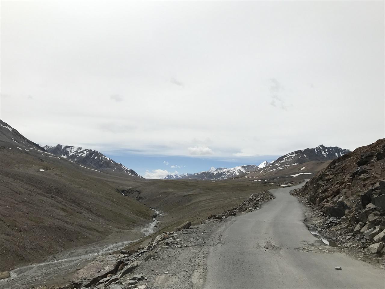 절벽 옆으로 이어진 도로